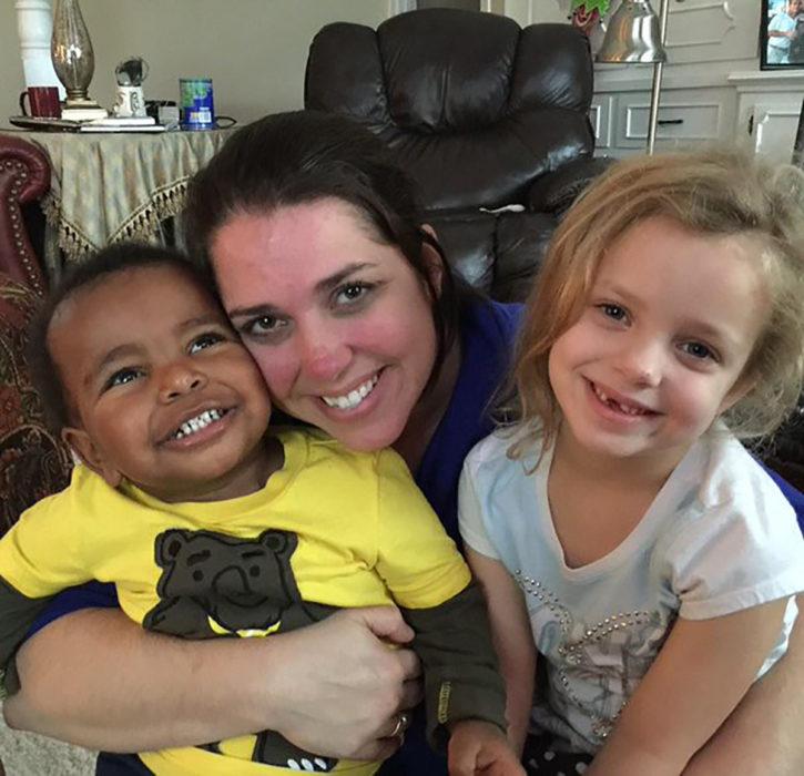 mujer con su hija e hijo adoptivo