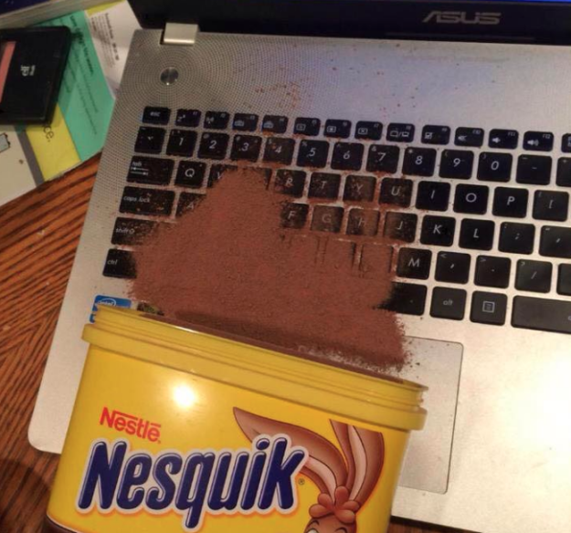 nesquik derramado sobre laptop