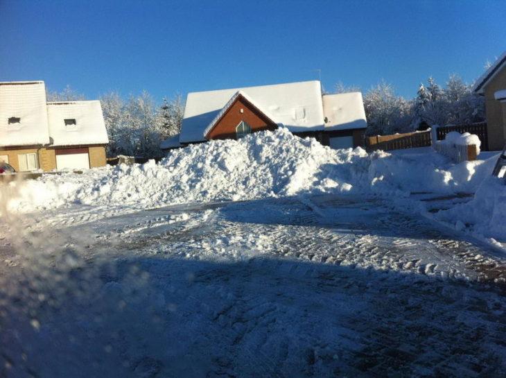 casa con entrada tapada por nieve