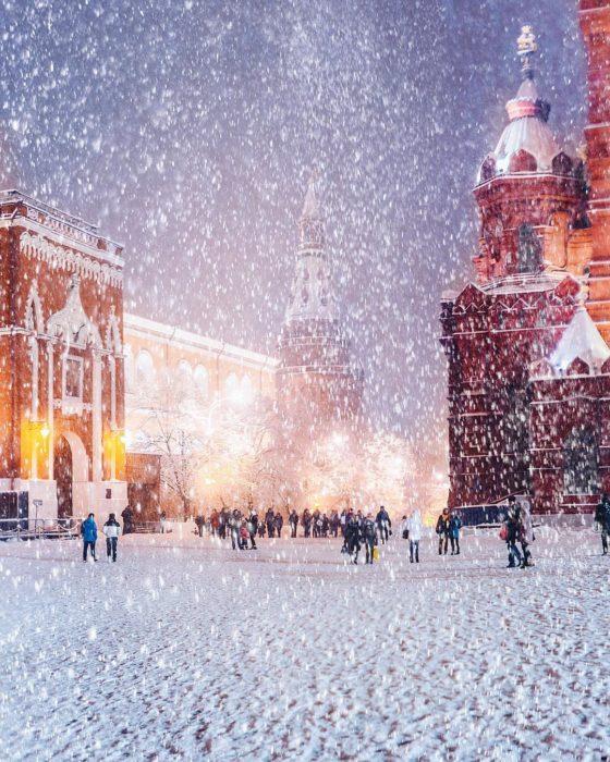 ciudad rusa mientras nieva