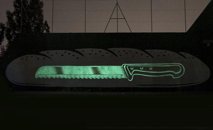 mural fluorescente de cuchillo