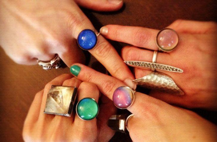 cuatro manos de mujer con anillos