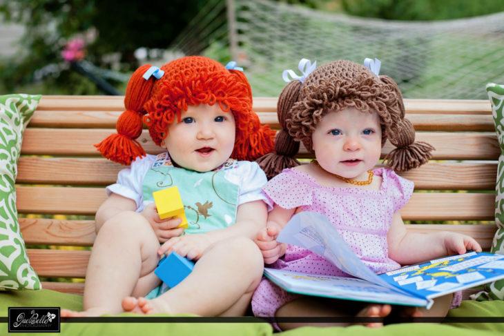dos niñas con pelucas de estambre