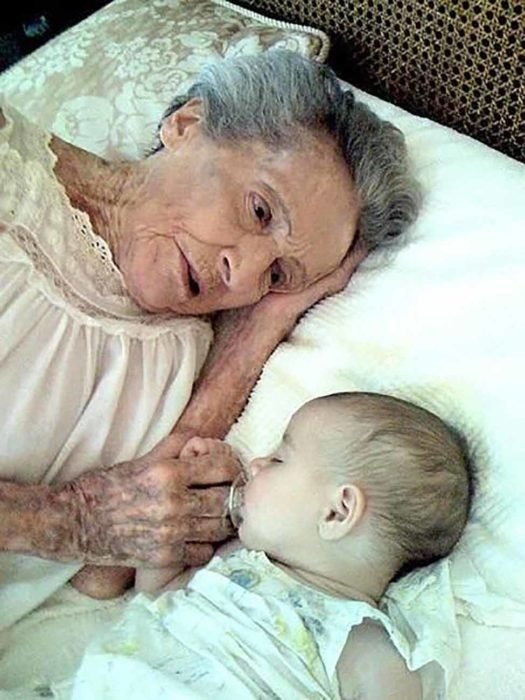 abuela viendo a su nieto