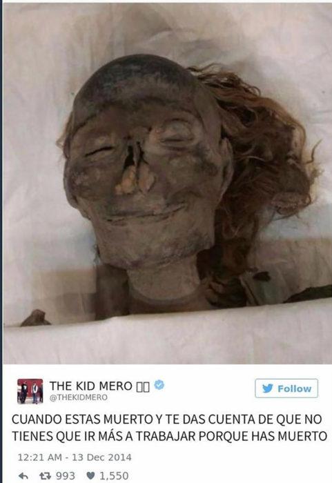 momia sonriendo