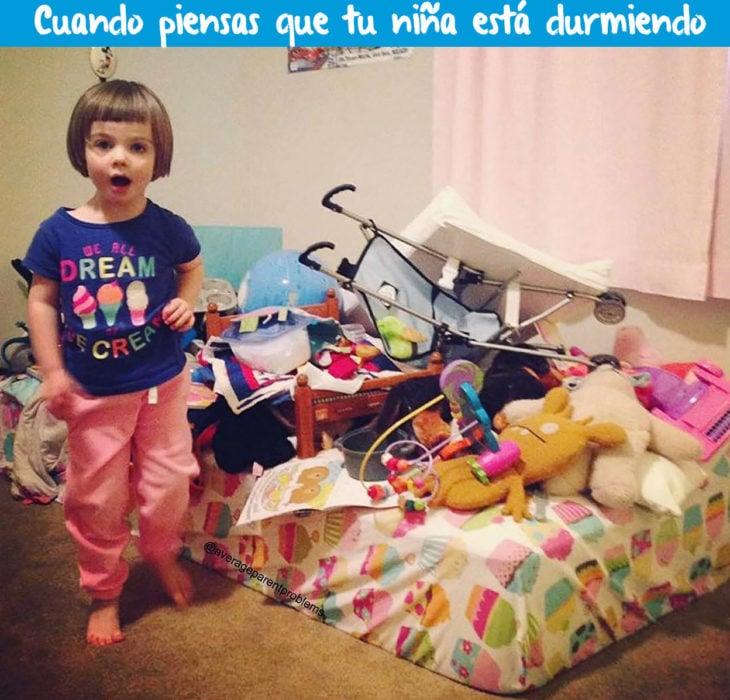 niña en su cuarto desordenado
