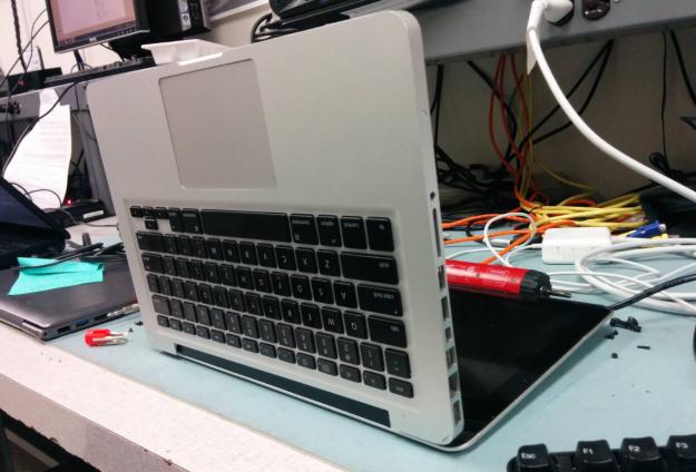 computadora cerrada al revés