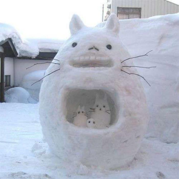 totoro hecho de nieve