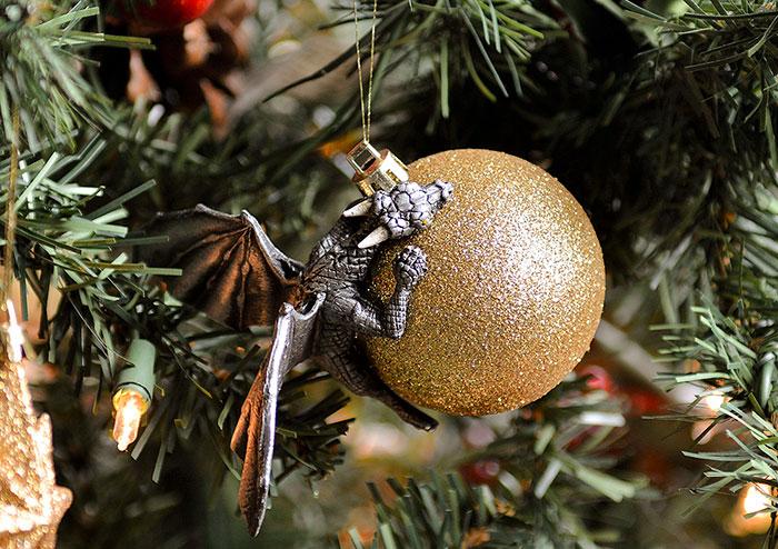 esfera con brillos dorados y dragón