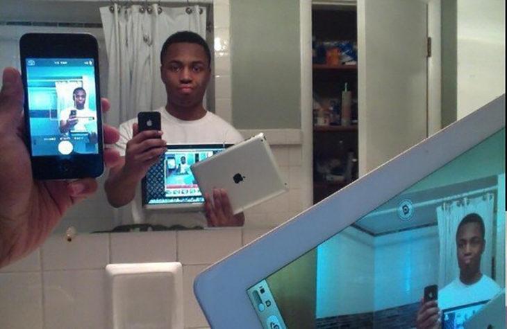 chico se toma selfie con una pantalla en donde sale su selfie