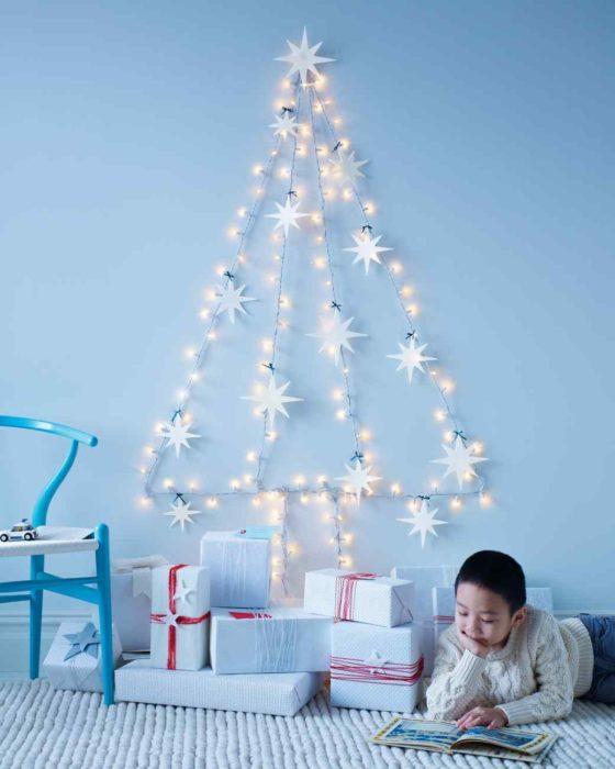 árbol de navidad hecho con una serie de luces y estrellas