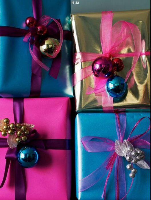 envoltura de regalos con esferas
