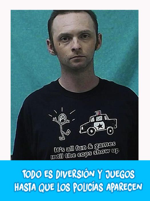 hombre con camiseta con un dibujo de un hombre y una patrulla de policía