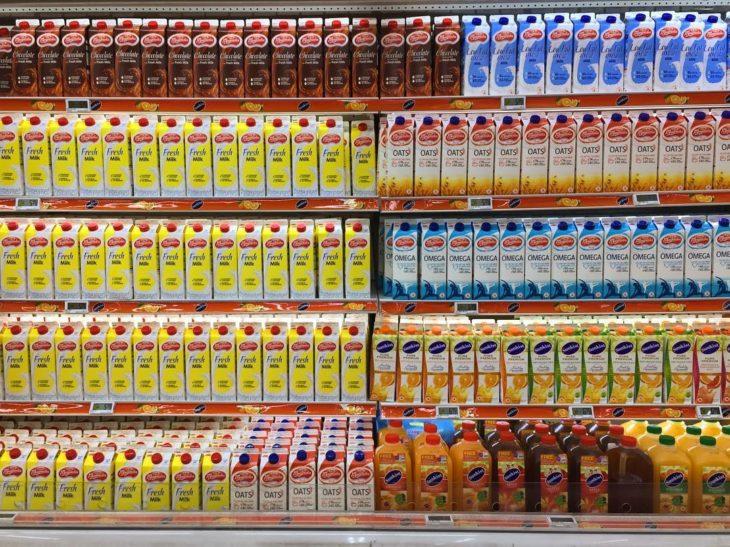 envases de leche ordenados