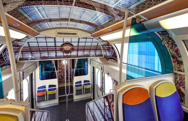 interior de tren decorado con obras de arte