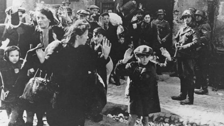 mujeres y niños asustados en la ocupación nazi