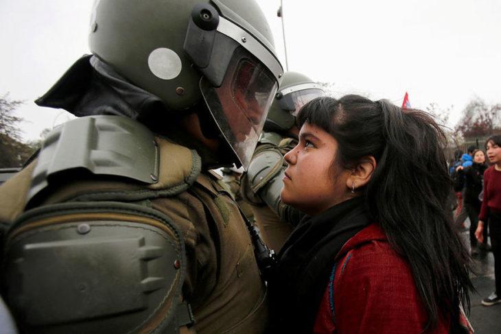manifestante confronta a policía