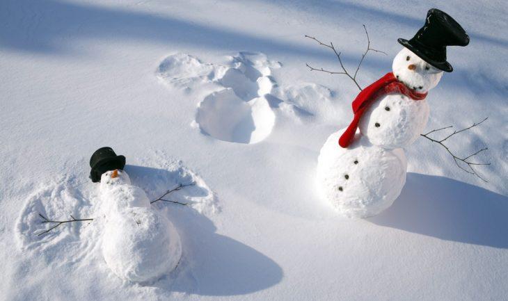 muñeco de nieve haciendo un ángel de nieve