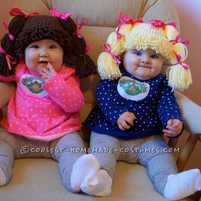 dos bebés con pelucas de estambre