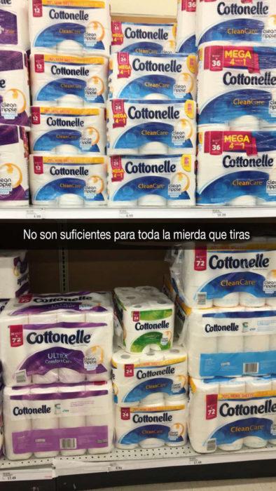 papeles de baño en estante de mercado
