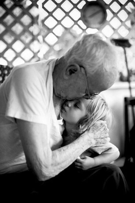 abuelo abrazando a su nieta
