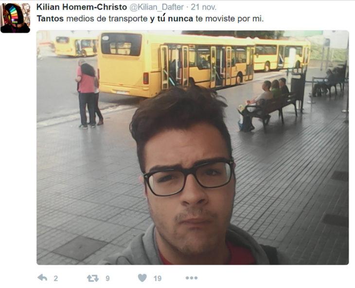 selfie d hombre frente a un autobpus