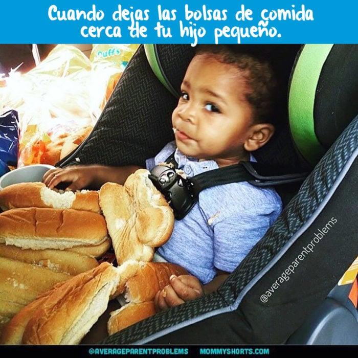 niño comiendo panes en el asiento de un carro