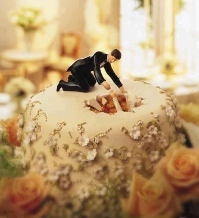 pastel de boda donde el muñeco de la novia se hunde