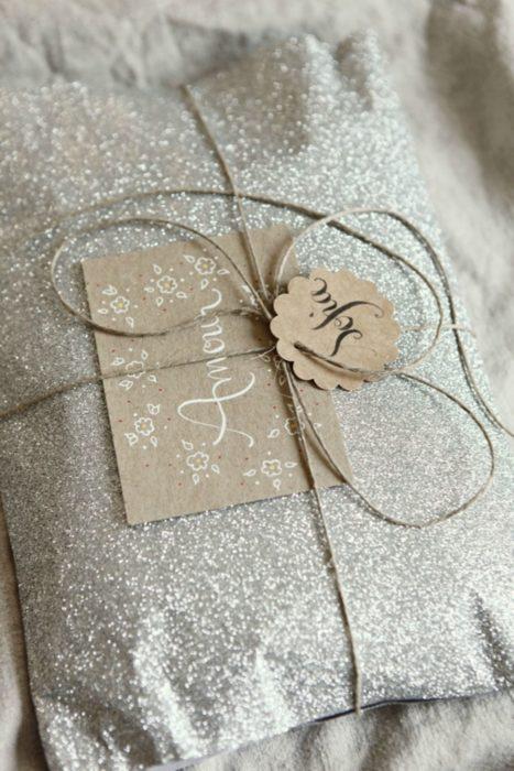 envoltura de regalo con brillos