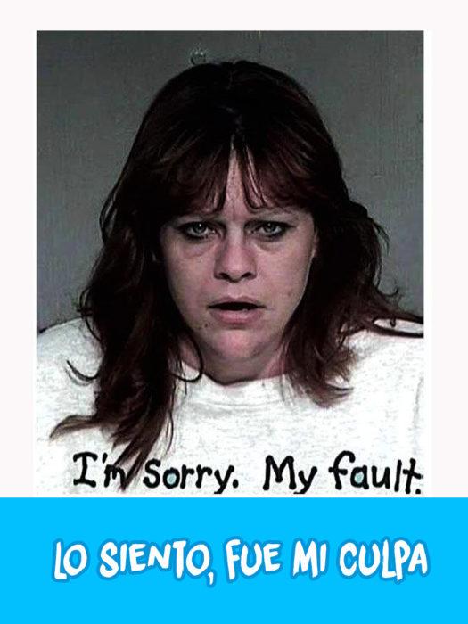 mujer con una camiseta blanca que dice, lo siento, fue mi culpa