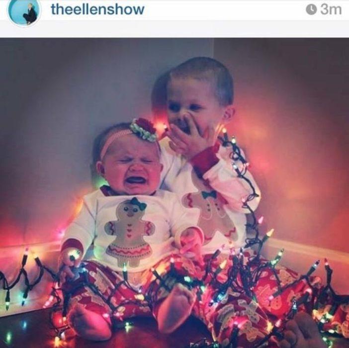 dos bebés llorando con luces navideñas