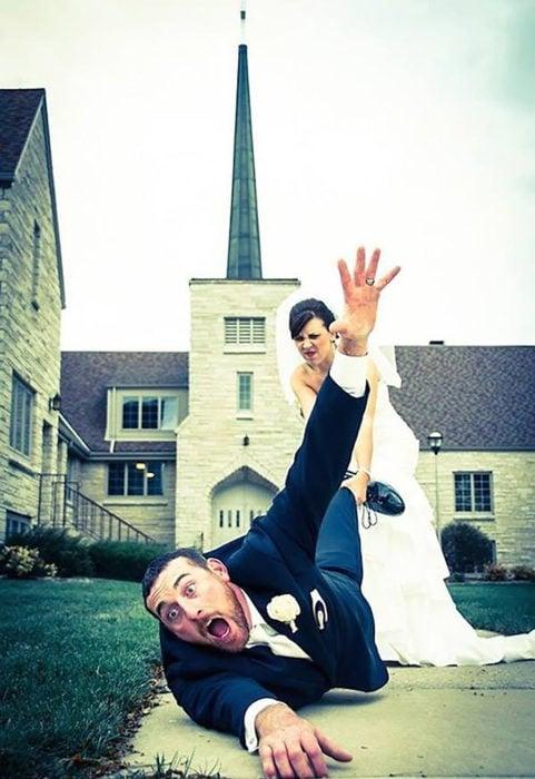 novia arrastra al novio a la iglesia