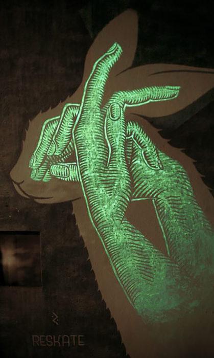 mural de manos fluorescentes