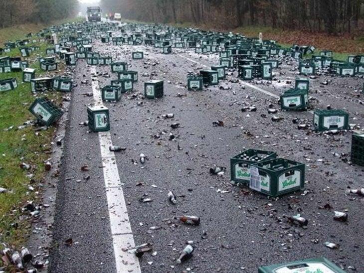 botellas de cerveza tiradas en carretera