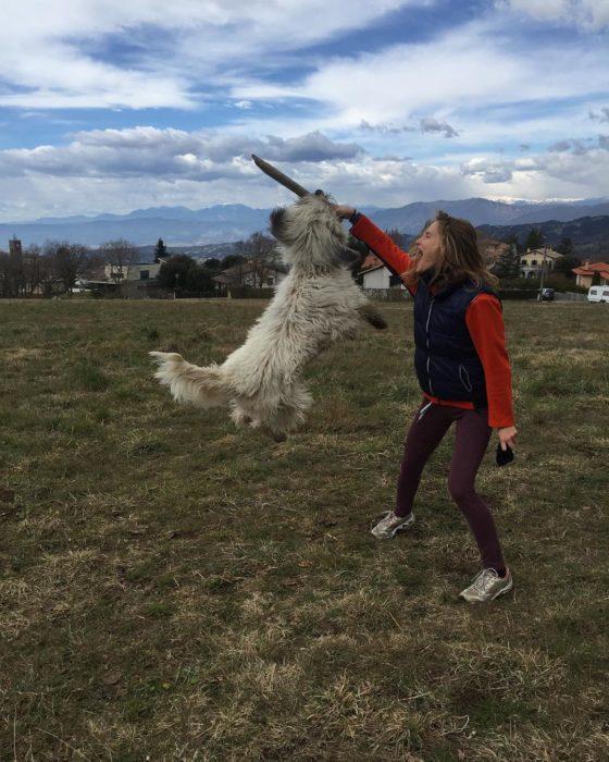 mujer feliz jugando con un perro