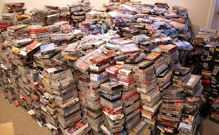 un montón de películas amontonadas