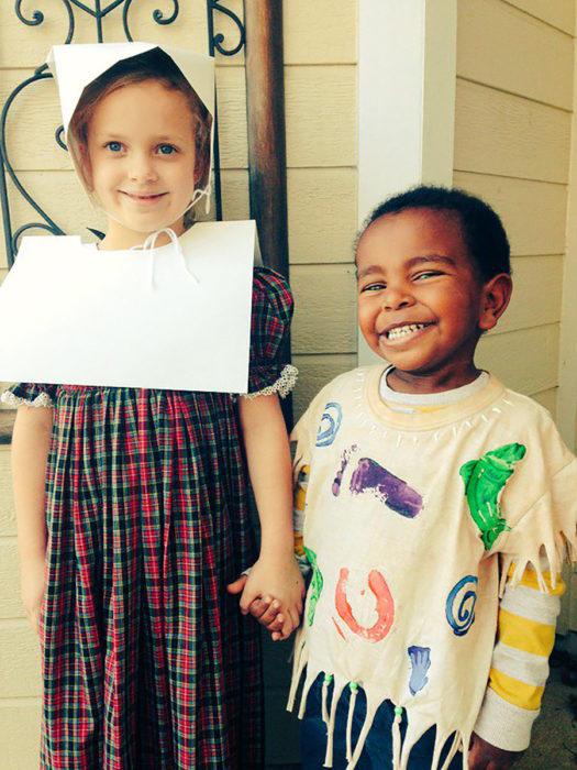 niña y niño disfrazados para halloween