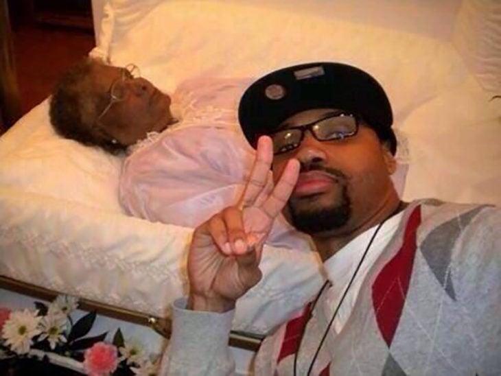 hombre se toma selfie con el cadáver de su abuela