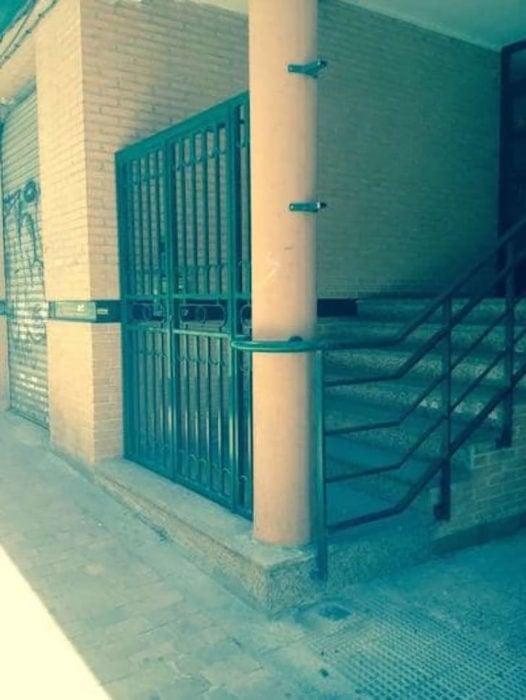 cerca de escaleras