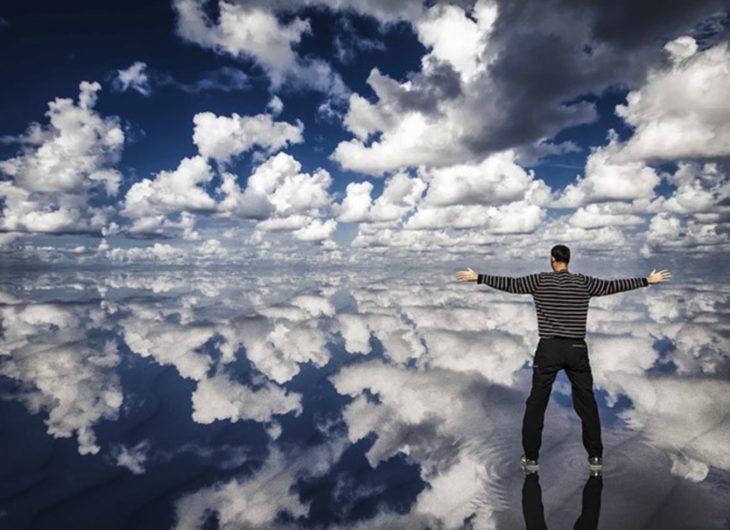 reflejo de las nubes sobre el agua