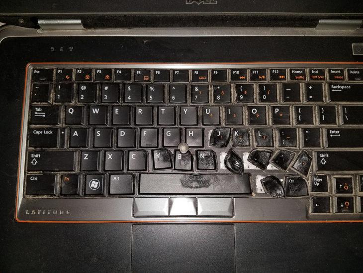 computadora con las teclas derretidas