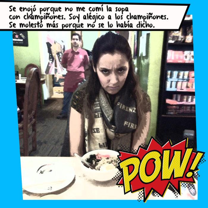 mujer molesta sentada a ala mesa con un plato de sopa