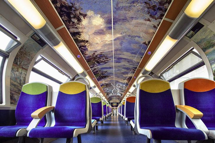 tren con decoraciones artísticas en su interior