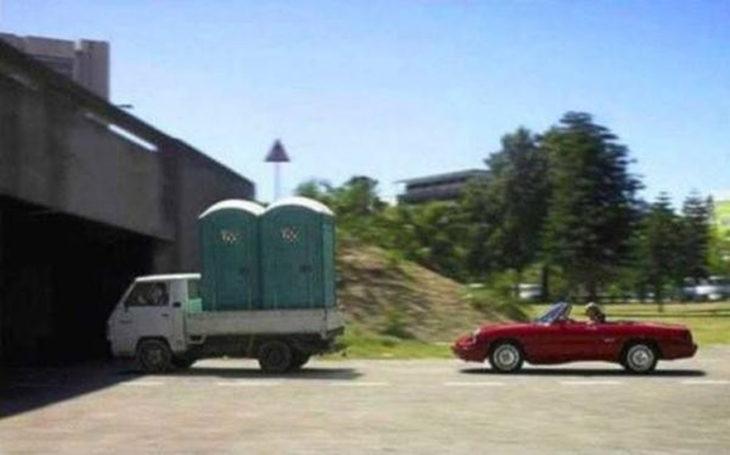 camioneta traslada baños públicos bajo un puente