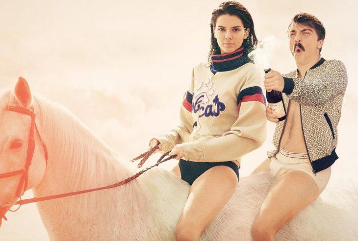 hombre se edita al lado de kendall jenner montando un caballo