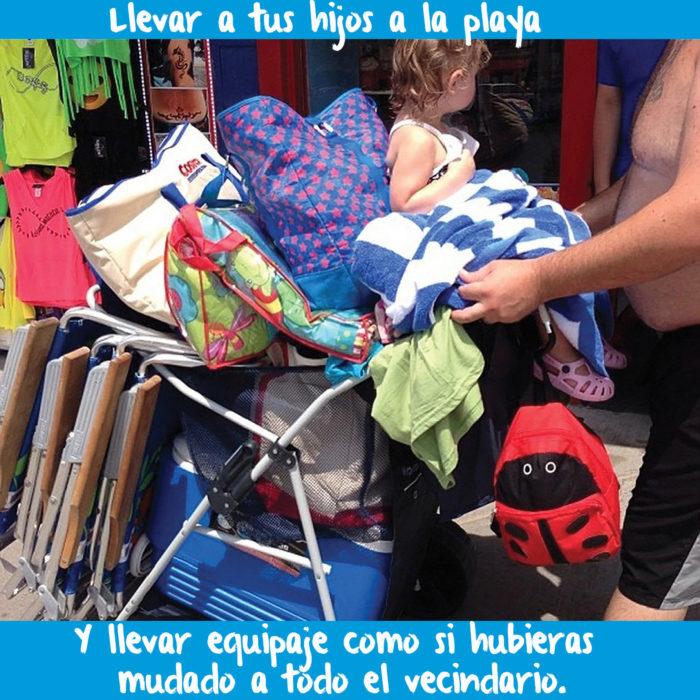 cosas que empacan padres para ir con hijos pequeños a la playa