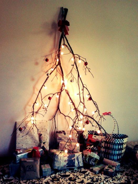 rama seca con luces de navidad