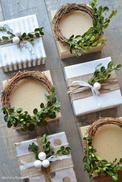 envoltura de regalo con guirnaldas de hojas