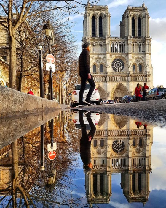 iglesia de notredame y su reflejo en el agua
