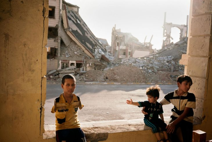 niños en medio de escombros en Iraq
